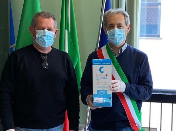 I federcacciatori di Casalmaioco (Lo) consegnano 250 bombole di gel alle realtà del territorio