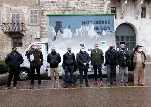 Le sigle venatorie regionali presenti a Brescia davanti alla Prefettura: basta azioni intimidatorie contro la caccia